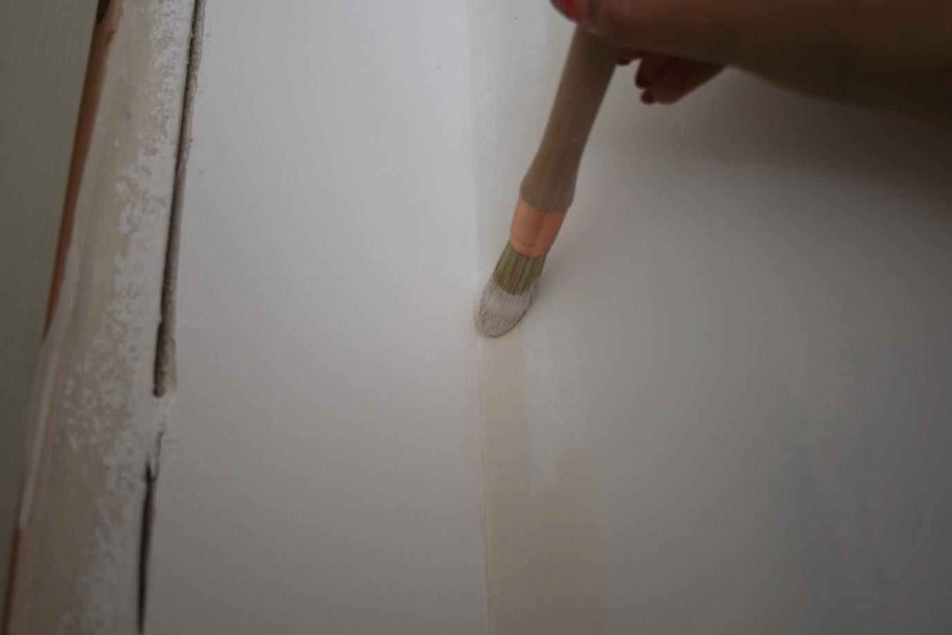 Comment peindre un angle entre deux murs de couleur différente?