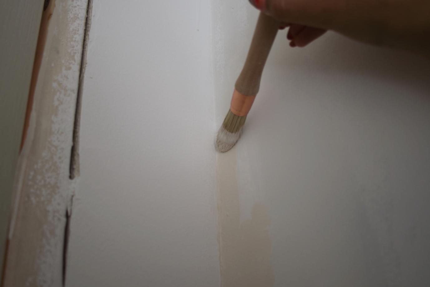 Peindre l angle entre le mur et le plafond